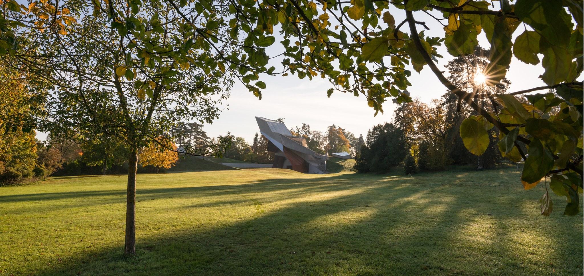 Eine Vielzahl an zum Teil exotischen Baumarten prägt den historischen Landschaftsgarten von Grafenegg. Seit 2007 kommt im Rahmen des Festivals alljährlich ein neuer Baum hinzu, der vom jeweiligen Composer in Residence gepflanzt wird. Anlässlich des 15-jährigen Festival-Jubiläums blickt Ewald Baringer in 15 Skizzen auf die Tradition der Komponistenbäume zurück.